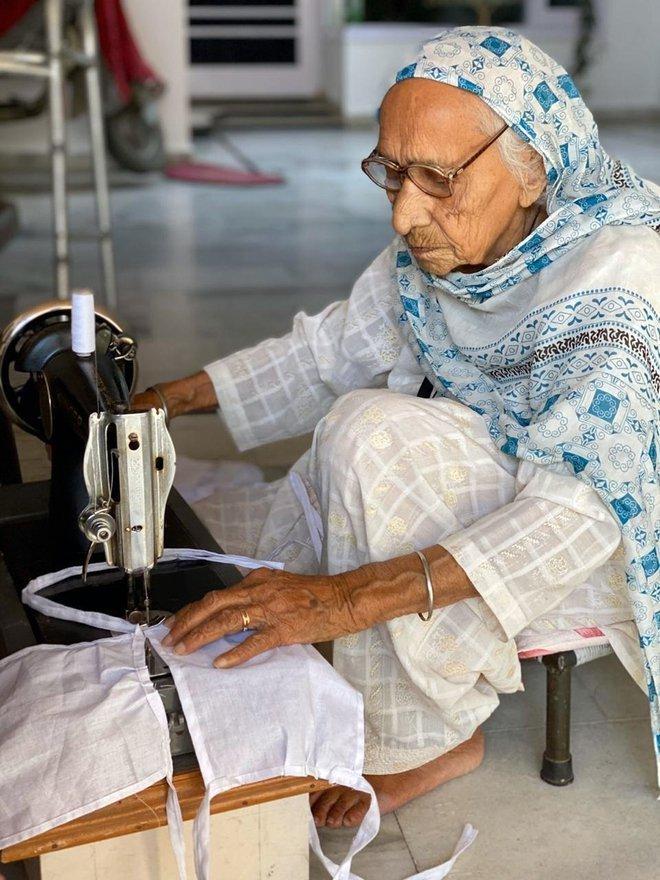 98 year old corona warrior gurdev kaur stitches masks for the needy.